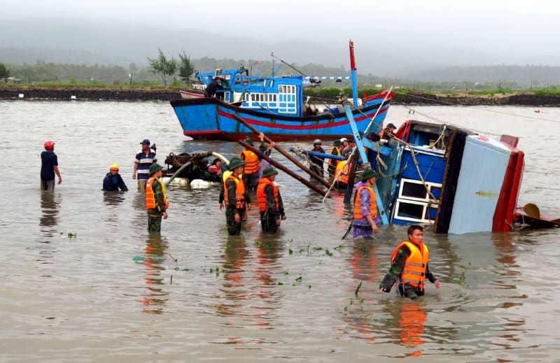 Vietnamese soldiers at a sunken fishing boat on a river in the central province of Phu Yen (AFP Photo/STR)